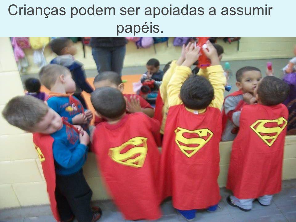 Crianças podem ser apoiadas a assumir papéis.