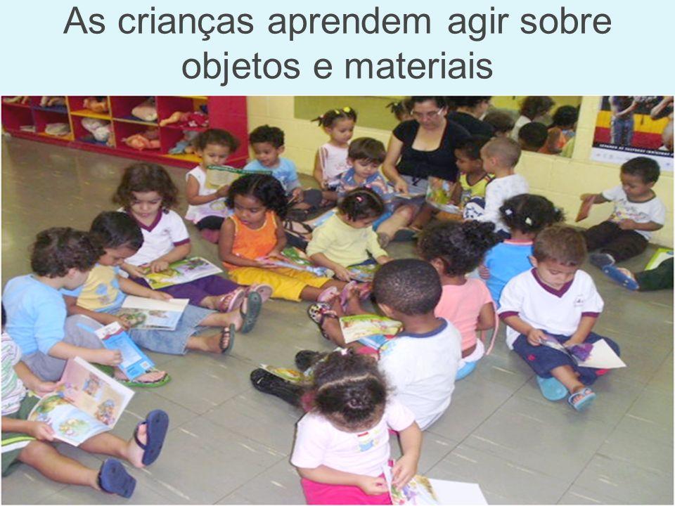 As crianças aprendem agir sobre objetos e materiais