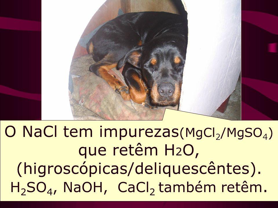 O NaCl tem impurezas(MgCl2/MgSO4) que retêm H2O, (higroscópicas/deliquescêntes).