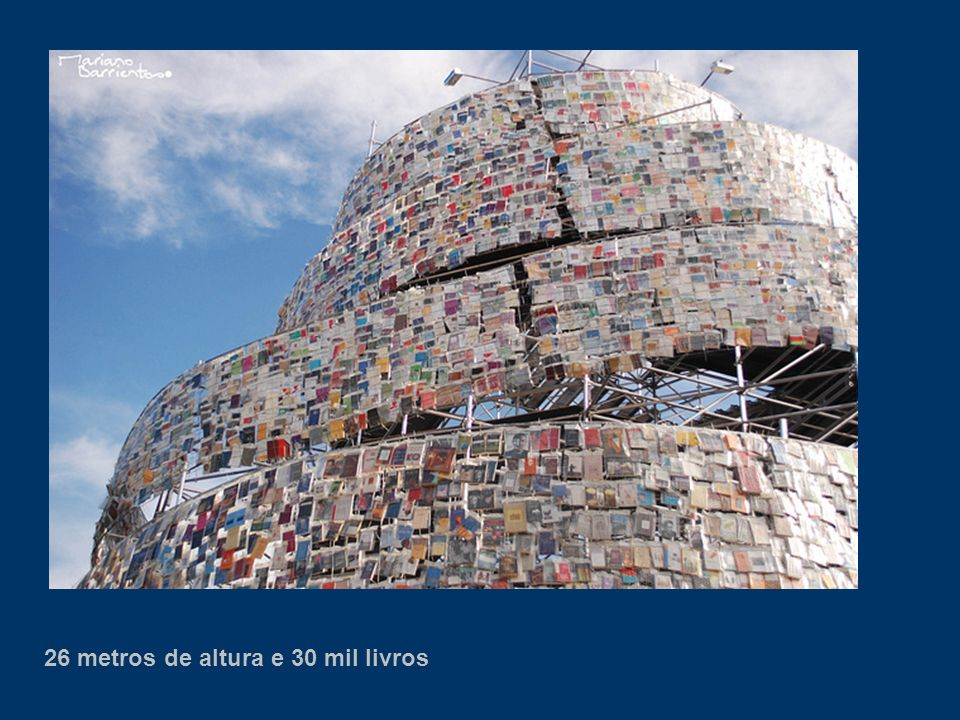 26 metros de altura e 30 mil livros
