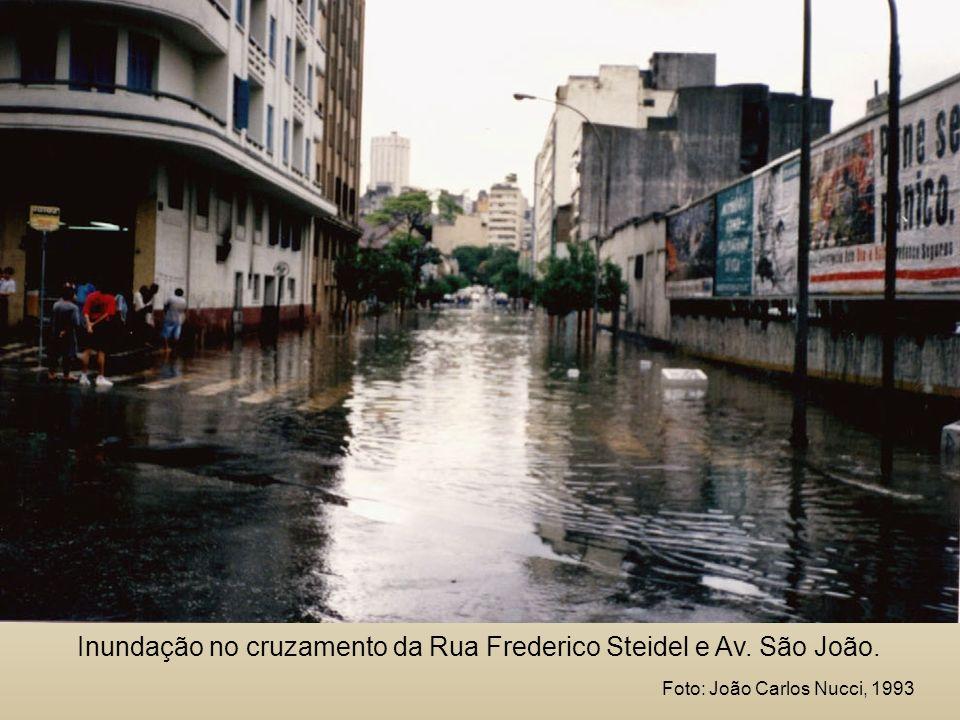Inundação no cruzamento da Rua Frederico Steidel e Av. São João.