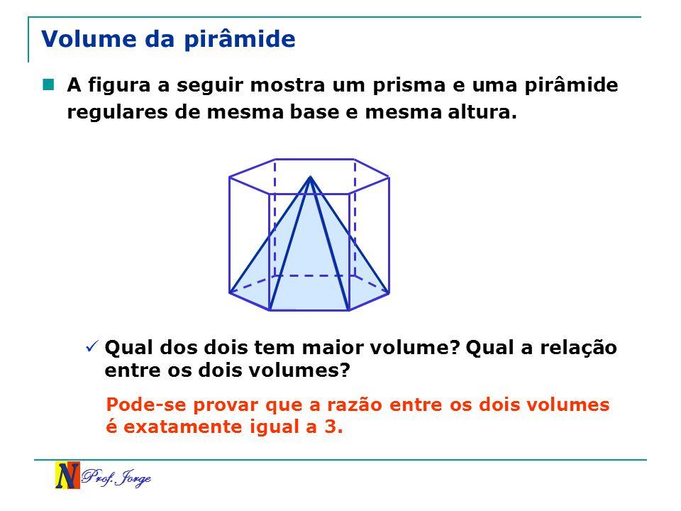 Volume da pirâmide A figura a seguir mostra um prisma e uma pirâmide regulares de mesma base e mesma altura.