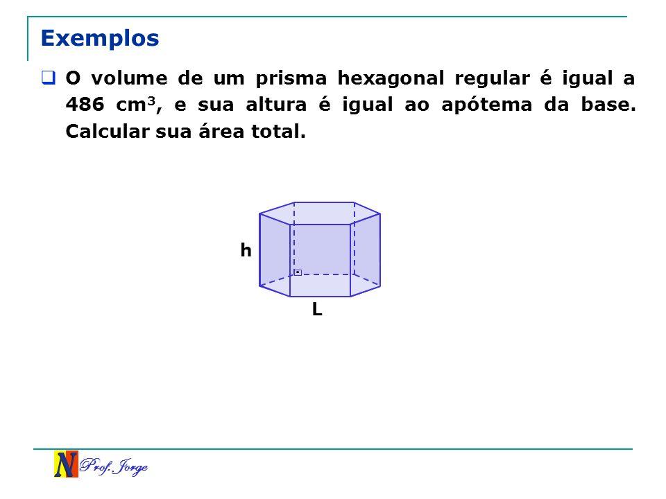 Exemplos O volume de um prisma hexagonal regular é igual a 486 cm3, e sua altura é igual ao apótema da base. Calcular sua área total.