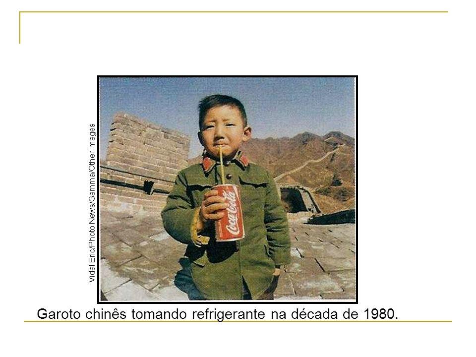 Garoto chinês tomando refrigerante na década de 1980.
