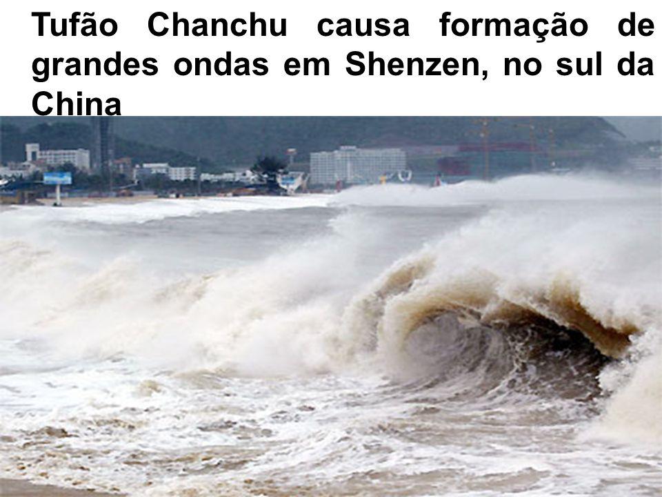 Tufão Chanchu causa formação de grandes ondas em Shenzen, no sul da China.