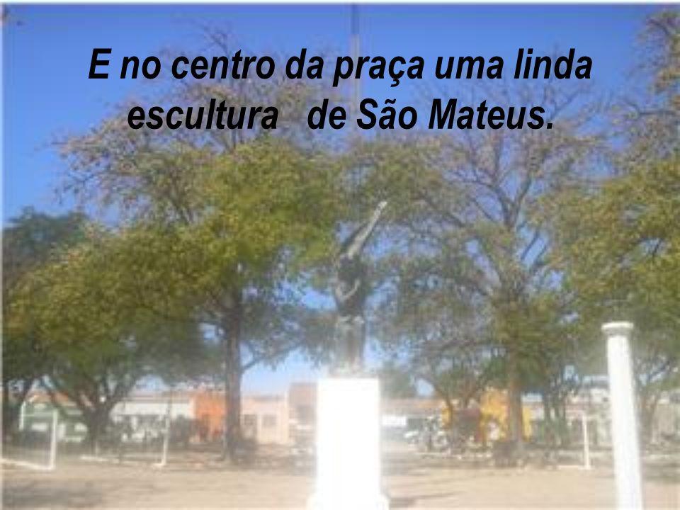 E no centro da praça uma linda escultura de São Mateus.
