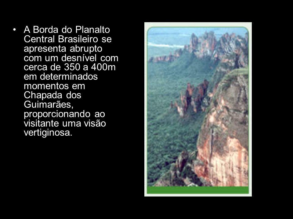 A Borda do Planalto Central Brasileiro se apresenta abrupto com um desnível com cerca de 350 a 400m em determinados momentos em Chapada dos Guimarães, proporcionando ao visitante uma visão vertiginosa.