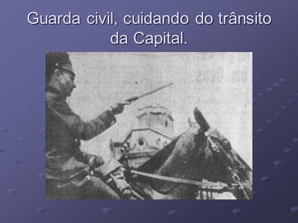 Guarda civil, cuidando do trânsito da Capital.