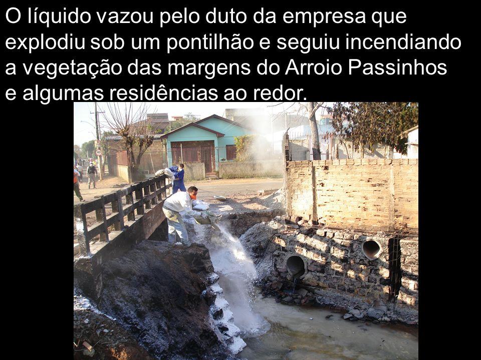 O líquido vazou pelo duto da empresa que explodiu sob um pontilhão e seguiu incendiando a vegetação das margens do Arroio Passinhos e algumas residências ao redor.
