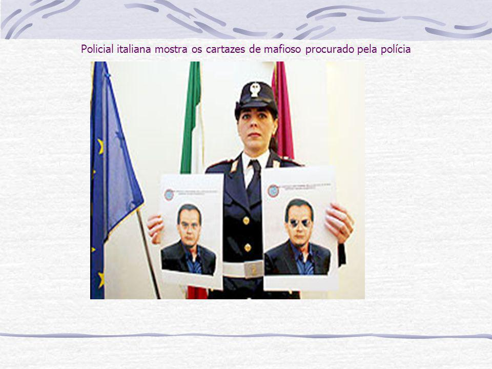 Policial italiana mostra os cartazes de mafioso procurado pela polícia