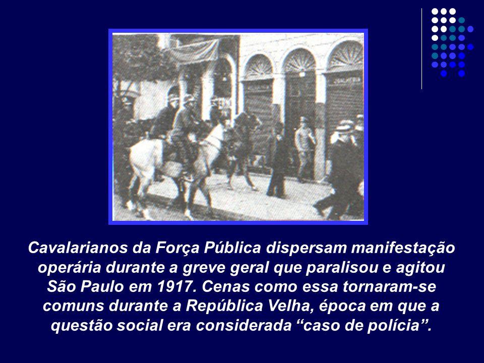 Cavalarianos da Força Pública dispersam manifestação operária durante a greve geral que paralisou e agitou São Paulo em 1917.