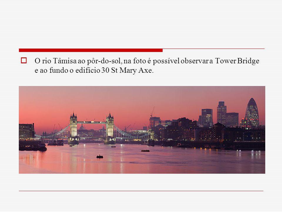 O rio Tâmisa ao pôr-do-sol, na foto é possível observar a Tower Bridge e ao fundo o edifício 30 St Mary Axe.