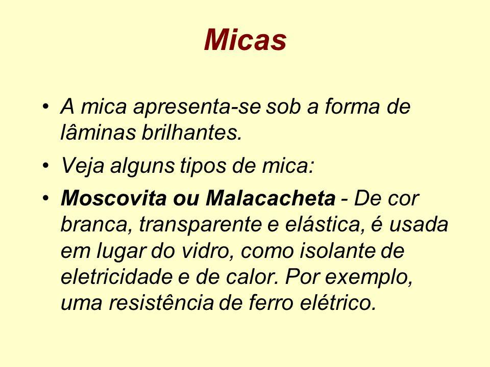 Micas A mica apresenta-se sob a forma de lâminas brilhantes.