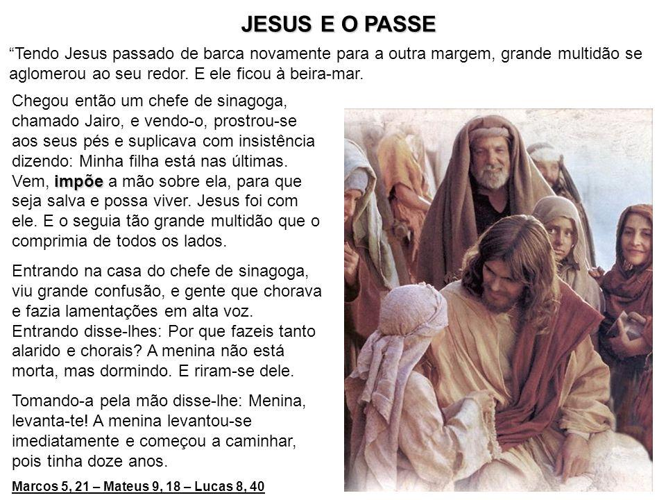 JESUS E O PASSE Tendo Jesus passado de barca novamente para a outra margem, grande multidão se aglomerou ao seu redor. E ele ficou à beira-mar.