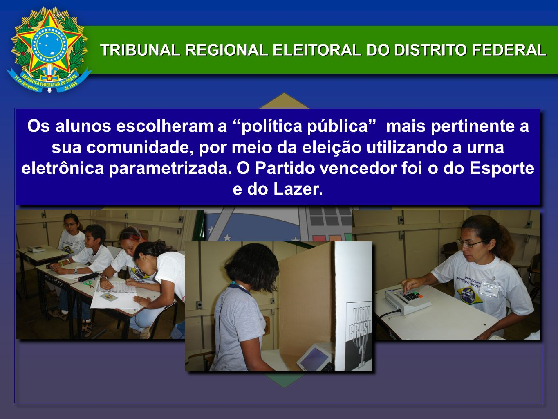 Os alunos escolheram a política pública mais pertinente a sua comunidade, por meio da eleição utilizando a urna eletrônica parametrizada.