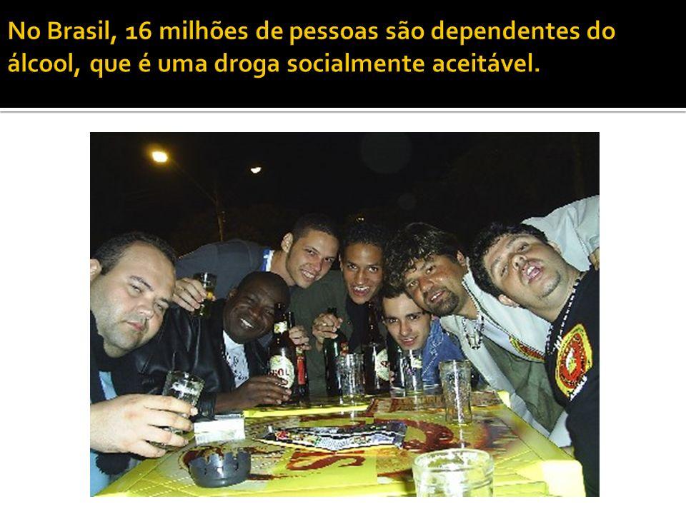 No Brasil, 16 milhões de pessoas são dependentes do álcool, que é uma droga socialmente aceitável.