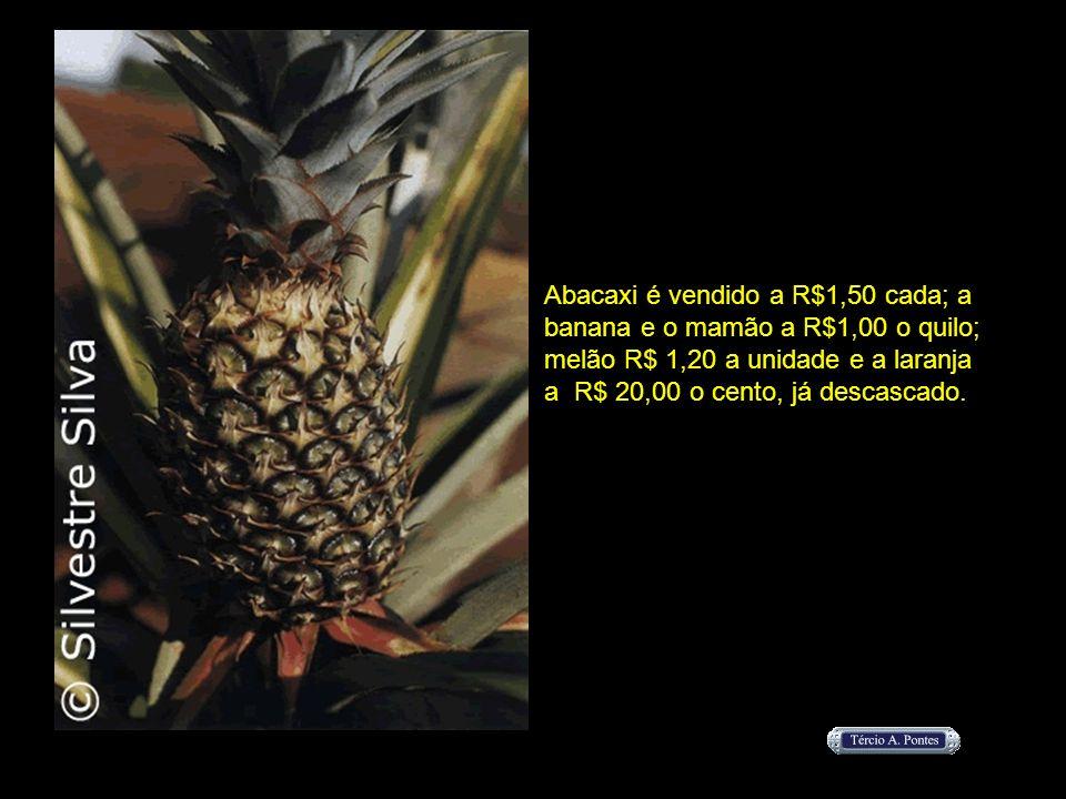 Abacaxi é vendido a R$1,50 cada; a banana e o mamão a R$1,00 o quilo; melão R$ 1,20 a unidade e a laranja