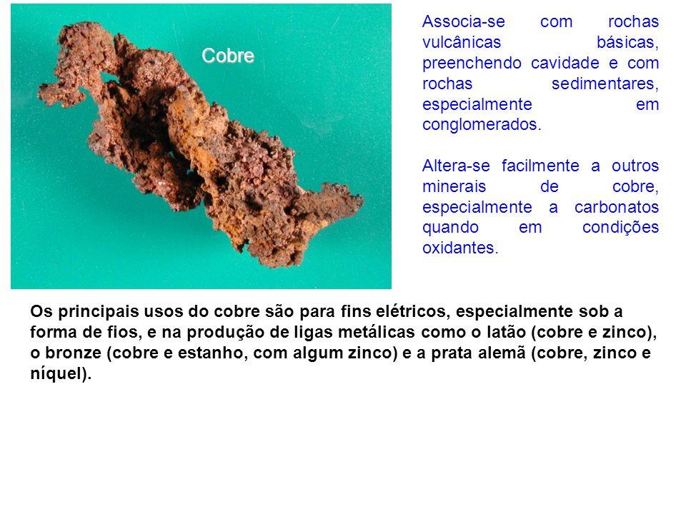 Associa-se com rochas vulcânicas básicas, preenchendo cavidade e com rochas sedimentares, especialmente em conglomerados.