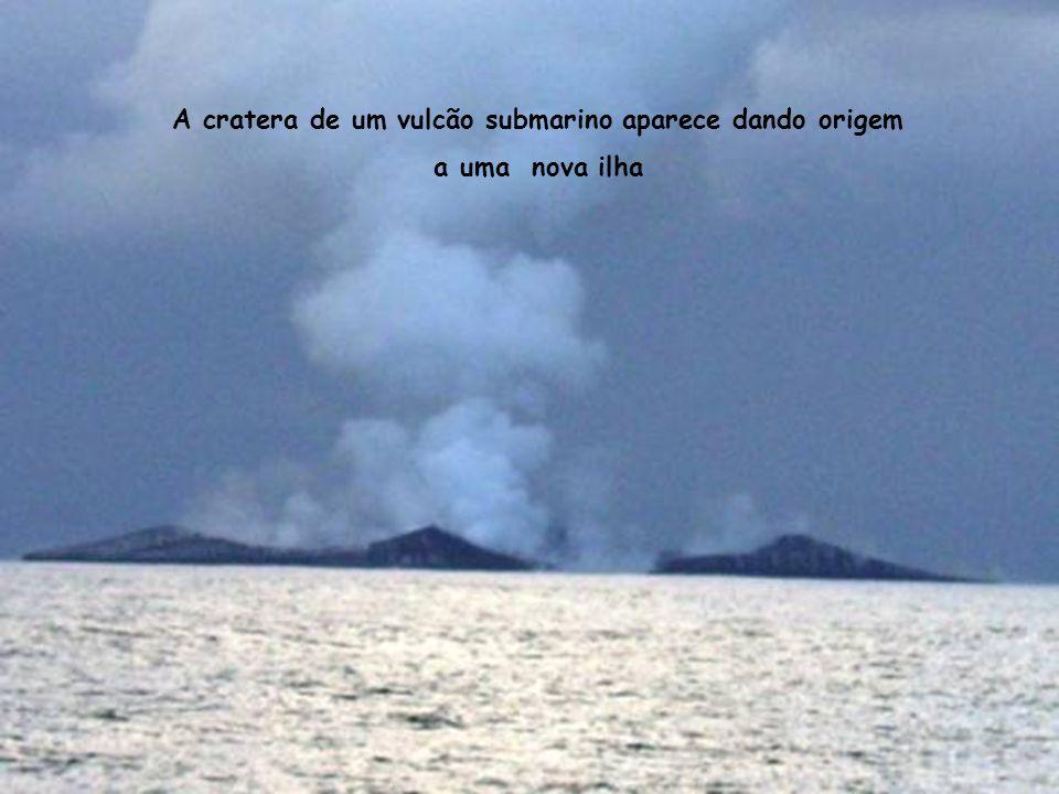 A cratera de um vulcão submarino aparece dando origem