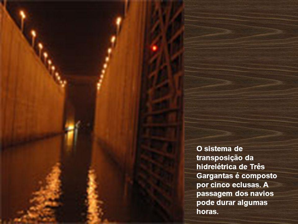 O sistema de transposição da hidrelétrica de Três Gargantas é composto por cinco eclusas.