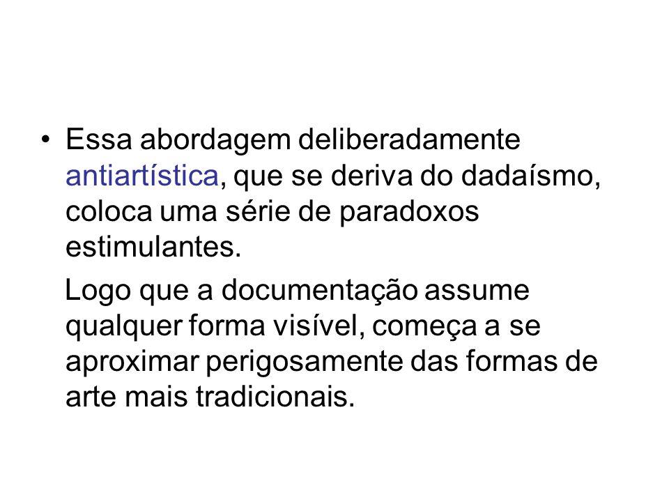 Essa abordagem deliberadamente antiartística, que se deriva do dadaísmo, coloca uma série de paradoxos estimulantes.