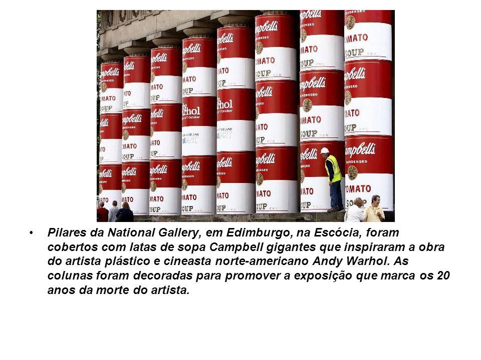 Pilares da National Gallery, em Edimburgo, na Escócia, foram cobertos com latas de sopa Campbell gigantes que inspiraram a obra do artista plástico e cineasta norte-americano Andy Warhol.