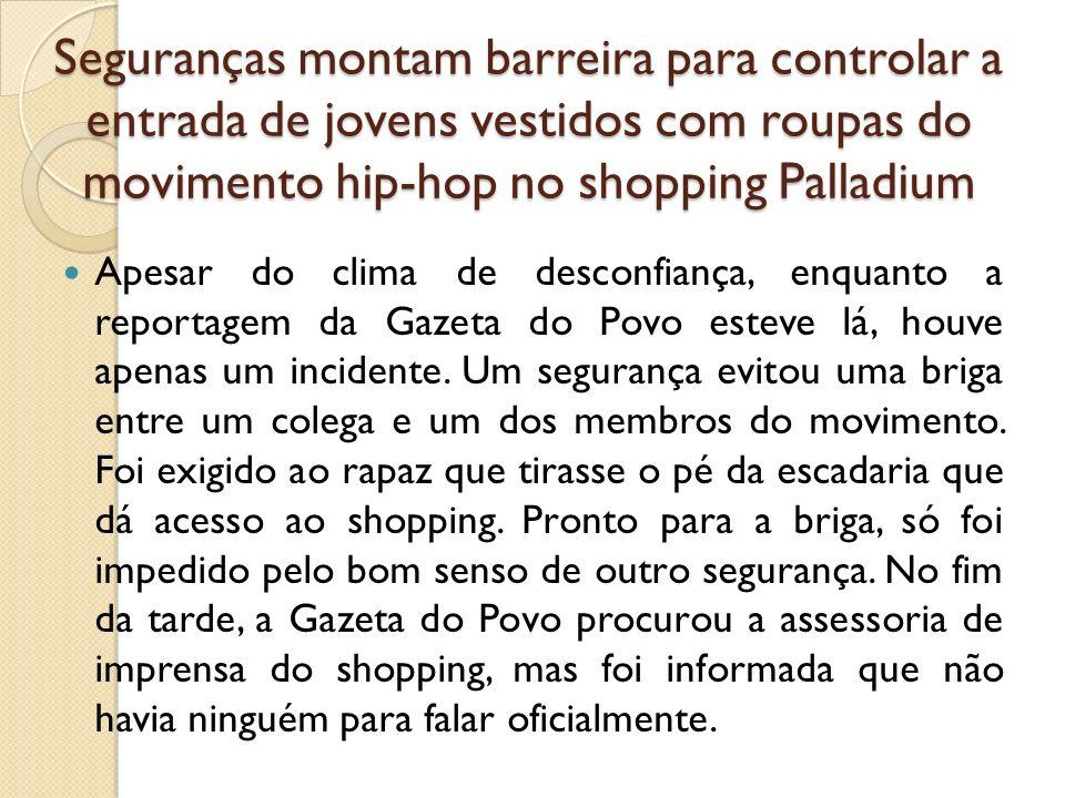 Seguranças montam barreira para controlar a entrada de jovens vestidos com roupas do movimento hip-hop no shopping Palladium