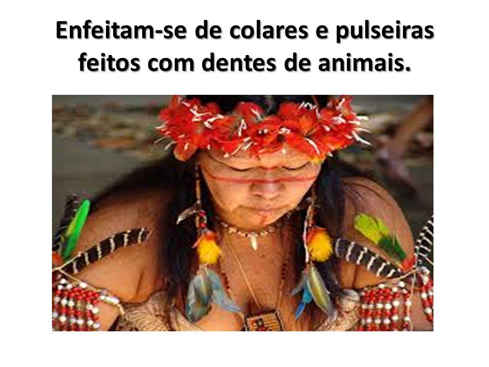 Enfeitam-se de colares e pulseiras feitos com dentes de animais.