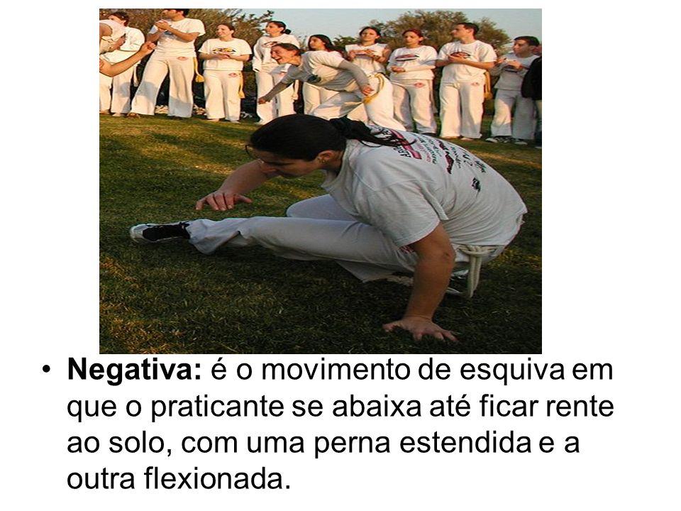 Negativa: é o movimento de esquiva em que o praticante se abaixa até ficar rente ao solo, com uma perna estendida e a outra flexionada.