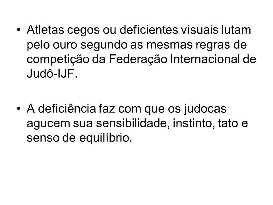Atletas cegos ou deficientes visuais lutam pelo ouro segundo as mesmas regras de competição da Federação Internacional de Judô-IJF.