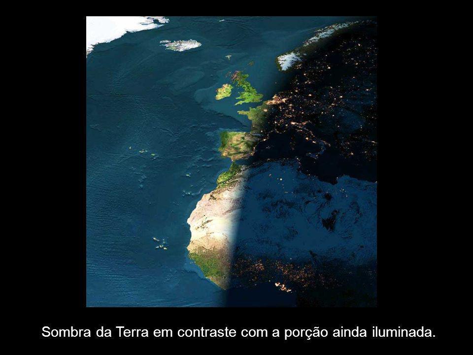 Sombra da Terra em contraste com a porção ainda iluminada.