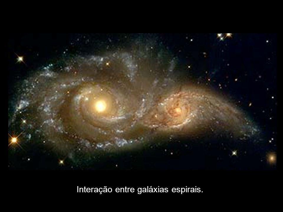 Interação entre galáxias espirais.