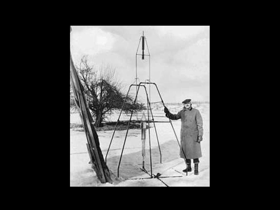 Primeiro foguete líquido a ser lançado na história, ao lado de seu criador, Robert Goddard.