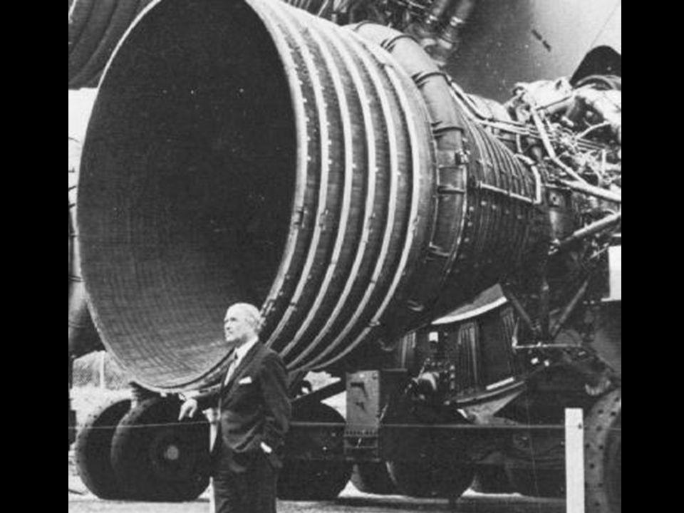 Von Braun ao lado de uma das turbinas de um foguete da série Saturno, desenvolvido já nos EUA.