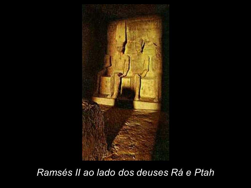 Ramsés II ao lado dos deuses Rá e Ptah