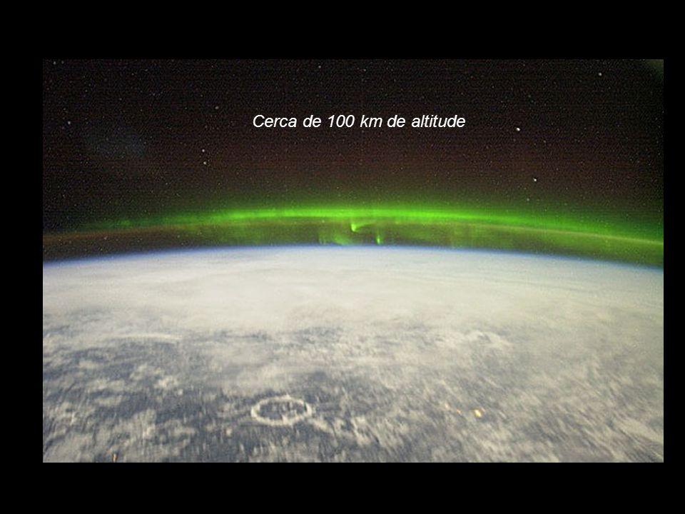 Cerca de 100 km de altitude http://images.astronet.ru/pubd/2005/11/05/0001209253/spaceaurora_iss.jpg.