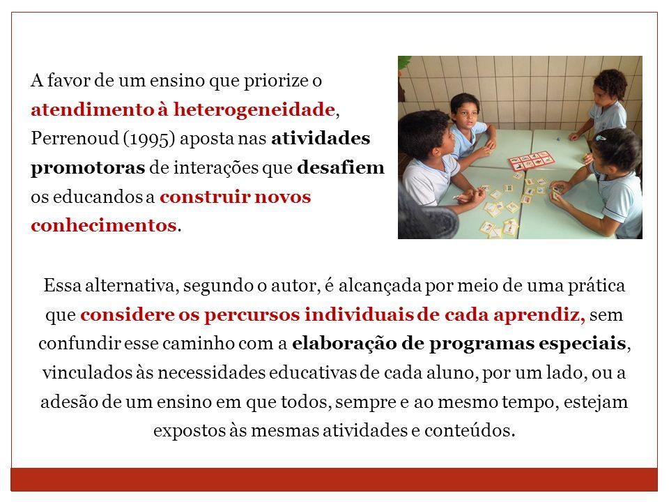 A favor de um ensino que priorize o atendimento à heterogeneidade, Perrenoud (1995) aposta nas atividades promotoras de interações que desafiem os educandos a construir novos conhecimentos.