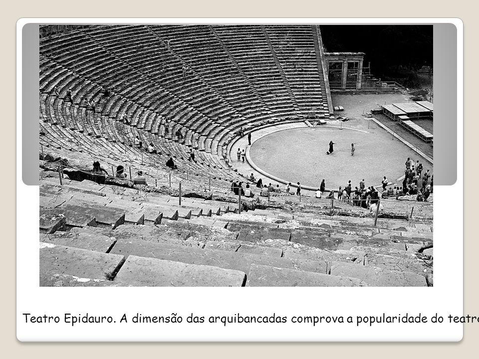 Teatro Epidauro. A dimensão das arquibancadas comprova a popularidade do teatro grego