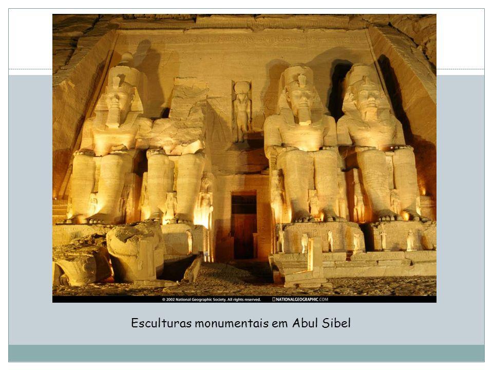 Esculturas monumentais em Abul Sibel