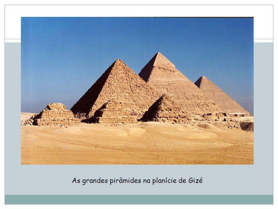 As grandes pirâmides na planície de Gizé
