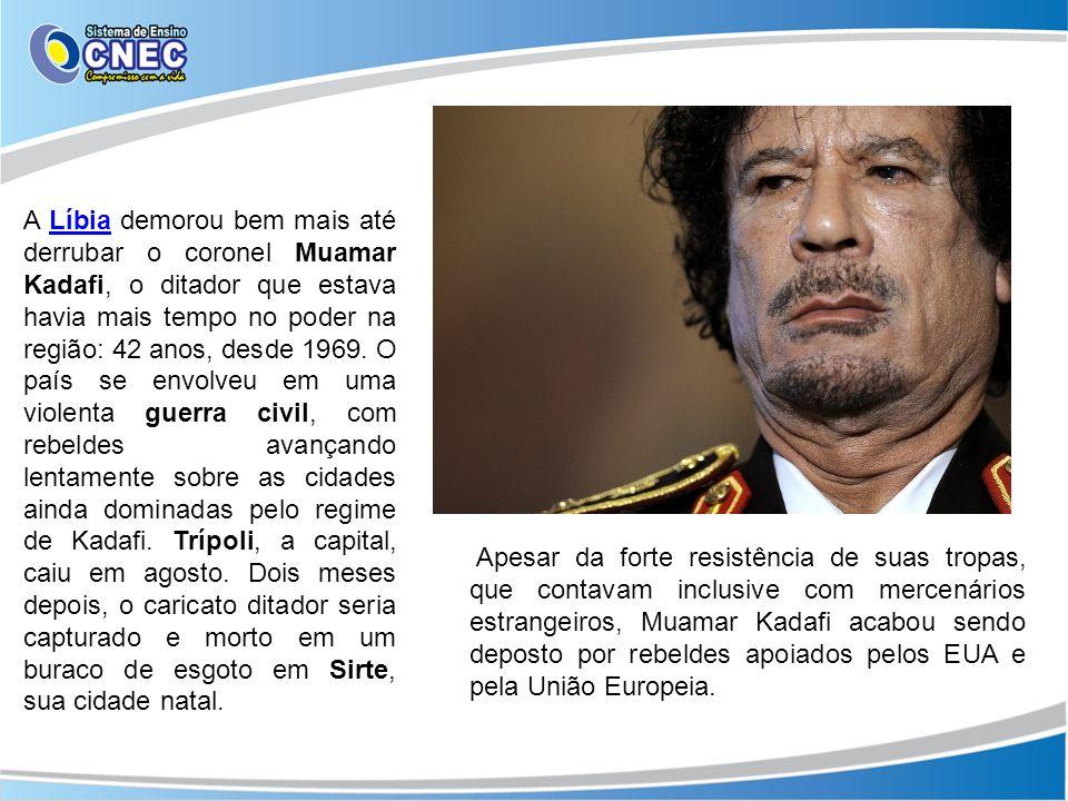 A Líbia demorou bem mais até derrubar o coronel Muamar Kadafi, o ditador que estava havia mais tempo no poder na região: 42 anos, desde 1969. O país se envolveu em uma violenta guerra civil, com rebeldes avançando lentamente sobre as cidades ainda dominadas pelo regime de Kadafi. Trípoli, a capital, caiu em agosto. Dois meses depois, o caricato ditador seria capturado e morto em um buraco de esgoto em Sirte, sua cidade natal.