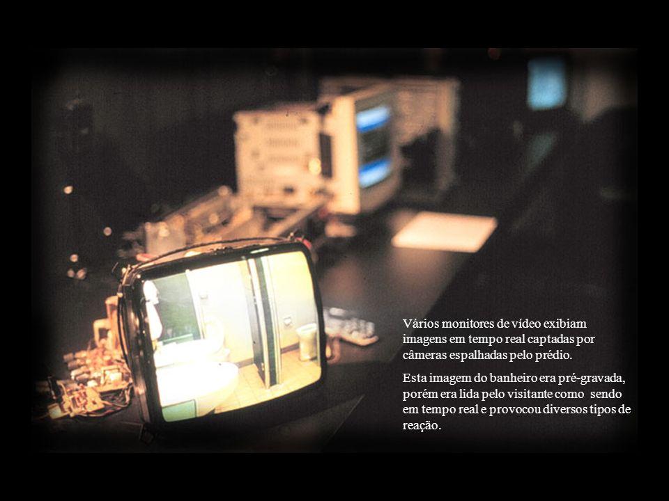 Vários monitores de vídeo exibiam imagens em tempo real captadas por câmeras espalhadas pelo prédio.