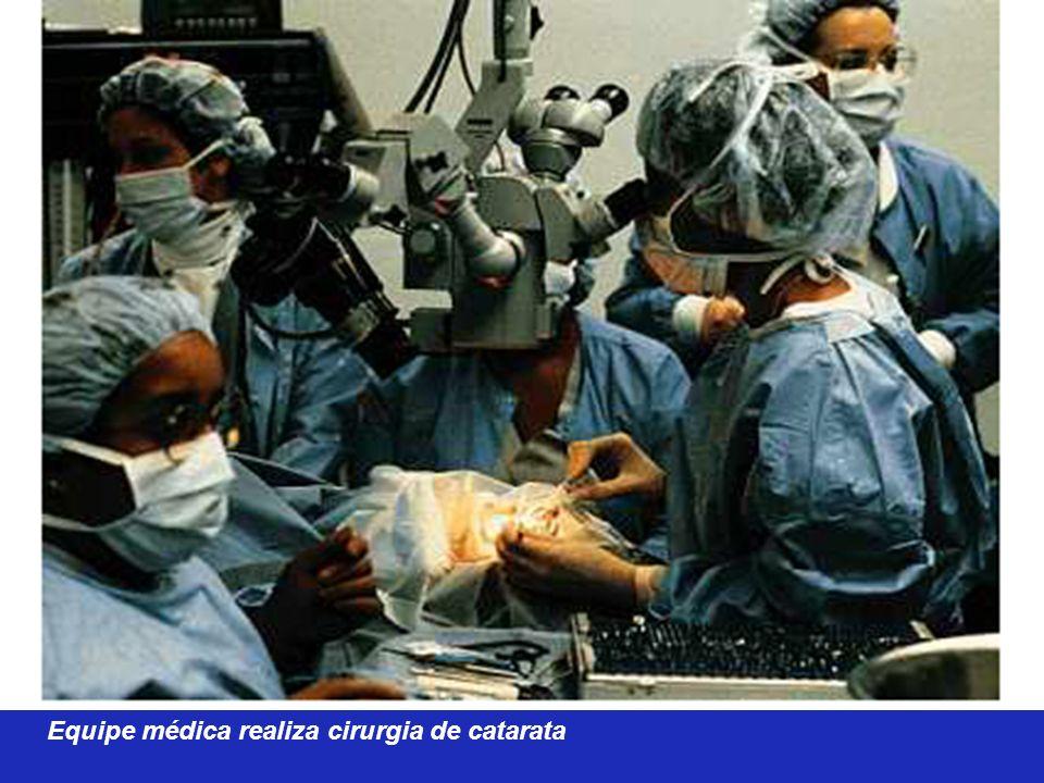 Equipe médica realiza cirurgia de catarata