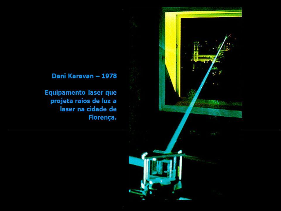 Dani Karavan – 1978 Equipamento laser que projeta raios de luz a laser na cidade de Florença.