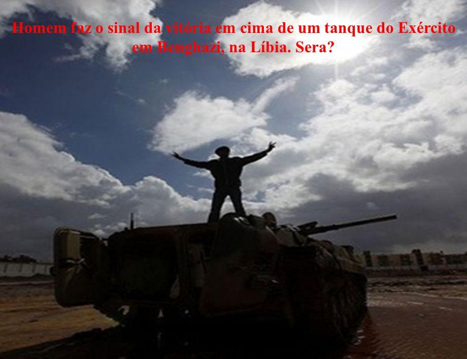 Homem faz o sinal da vitória em cima de um tanque do Exército em Benghazi, na Líbia. Sera