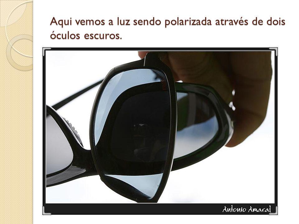 Aqui vemos a luz sendo polarizada através de dois óculos escuros.