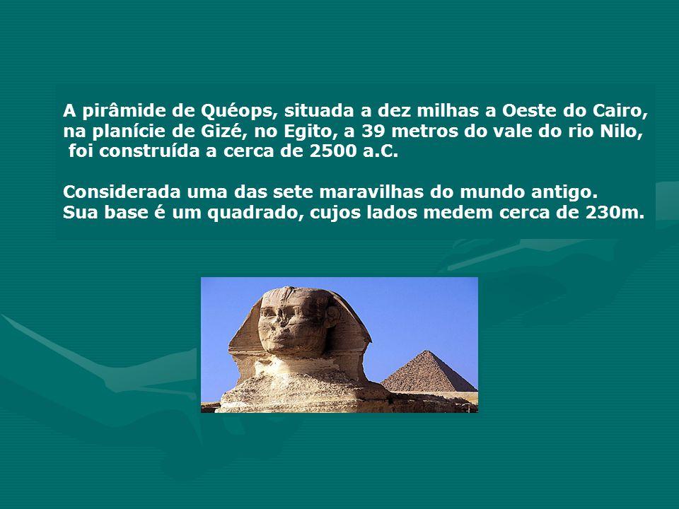 A pirâmide de Quéops, situada a dez milhas a Oeste do Cairo,