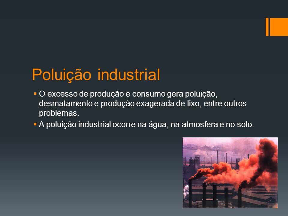 Poluição industrialO excesso de produção e consumo gera poluição, desmatamento e produção exagerada de lixo, entre outros problemas.