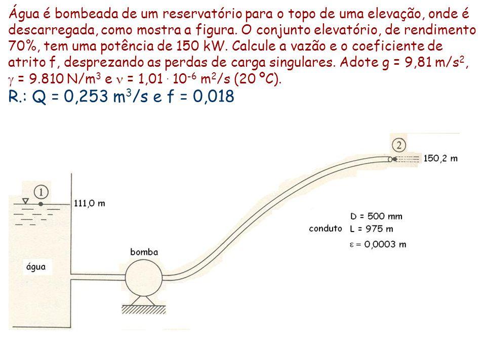 Água é bombeada de um reservatório para o topo de uma elevação, onde é descarregada, como mostra a figura. O conjunto elevatório, de rendimento 70%, tem uma potência de 150 kW. Calcule a vazão e o coeficiente de atrito f, desprezando as perdas de carga singulares. Adote g = 9,81 m/s2, g = 9.810 N/m3 e n = 1,01 . 10-6 m2/s (20 ºC).