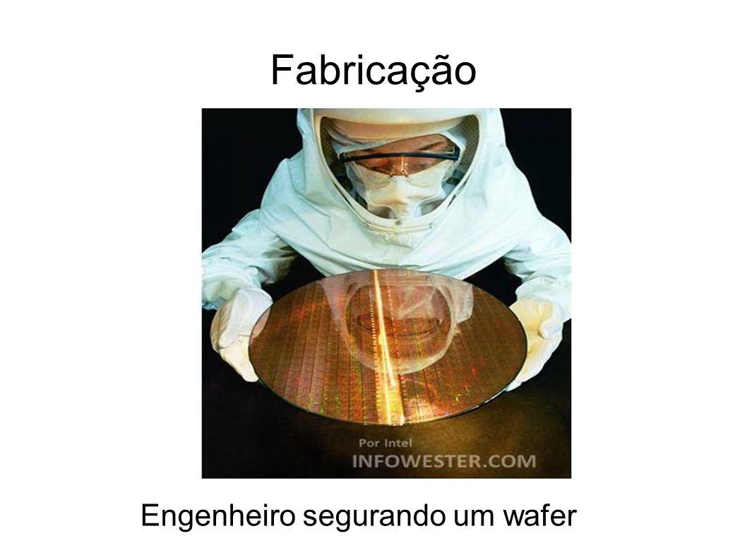 Fabricação Engenheiro segurando um wafer